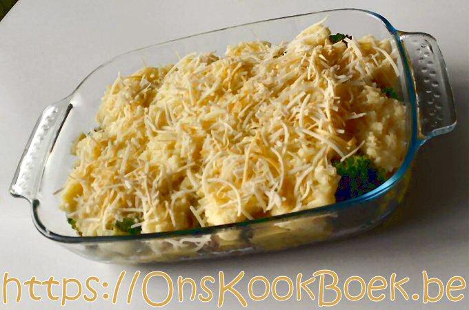 Ovenschotel met broccoli, gehakt, aardappelpuree en gemalen kaas