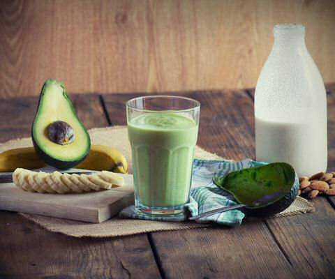 Gezond, lekker en smeuig avocado smoothie met banaan en notenmelk