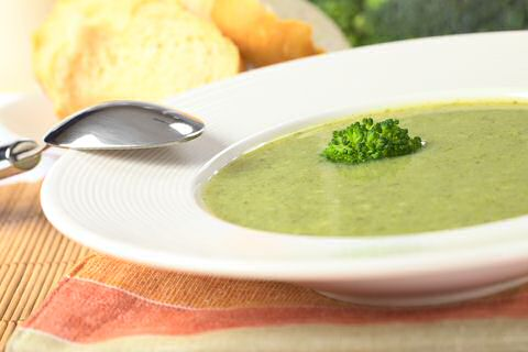 3 kommen broccolisoep met korstjes