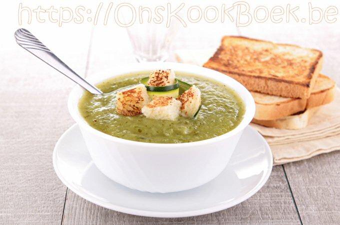 Een kom lekkere courgettesoep geserveerd met getoast brood