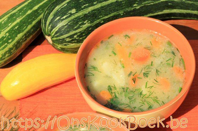 Niet doorgestoken courgettesoep uit SOS Piet met vele andere groenten