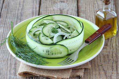 Frisse, zoetzure gemarineerde komkommersalade met ui en dille