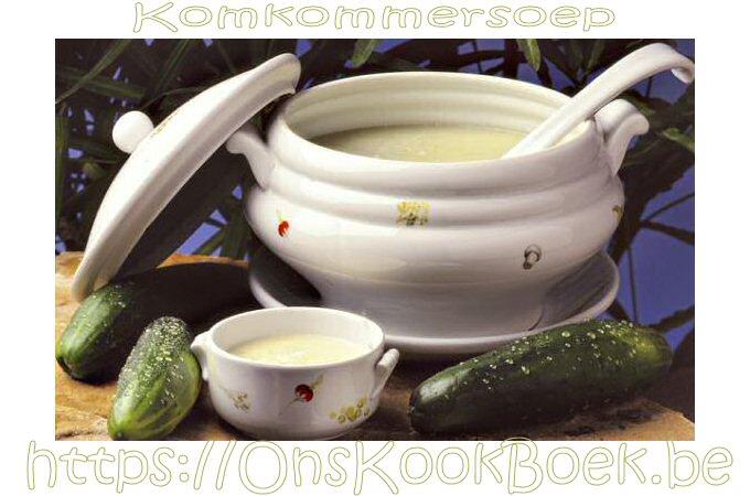 Warme komkommersoep met verse komkommers
