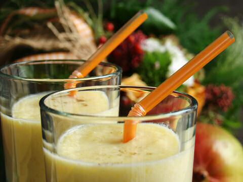 Mango smoothie met limoen, zeste van limoen, melk en munt