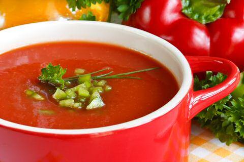 Rode paprika tomaten courgettesoep