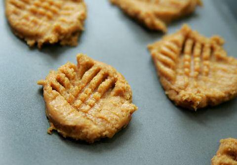 Net gebakken pindakaaskoekjes koelen af op een rooster