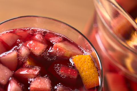 1 glas seizoensfruit met ijsblokjes overgoten met sangria: recept met suiker, rode en brandewijn