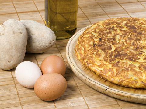 Vers gebakken Spaanse aardappel tortilla met ei en ui.