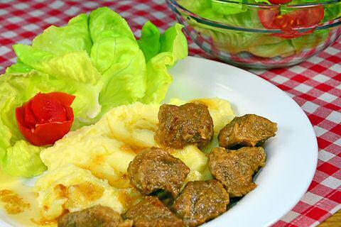 Stoofvlees Piet Huysentruyt met aardappelpuree en salade