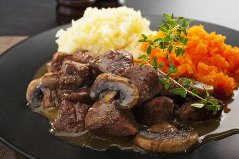 Stoofvlees SOS Piet met champignons en knolselderpuree