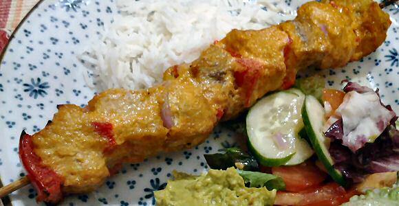 Lekker makkelijk tandoori recept: alle ingredienten in de blender mixen, marineren en braden of grillen in de oven, geserveerd met rijst, salade en guacamole