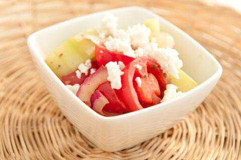 Griekse tomatensalade met komkommer, basilicum, ui en feta kaas