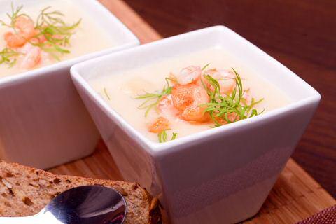 Witloofsoep met garnalen, ui en room gepureerd in een bord
