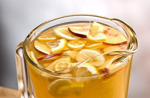 Kruik witte sangria met citrusfruit. pinot grigio en sinaasappellikeur