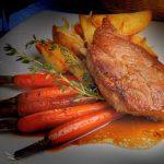 Aardappelpuree, gestoofde wortelen, varkenskotelet