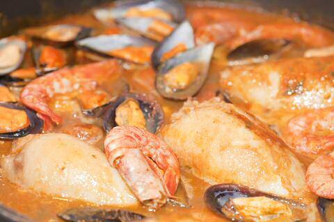 Spaanse vissoep zarzuela met mosselen, garnalen en gevulde inktvis
